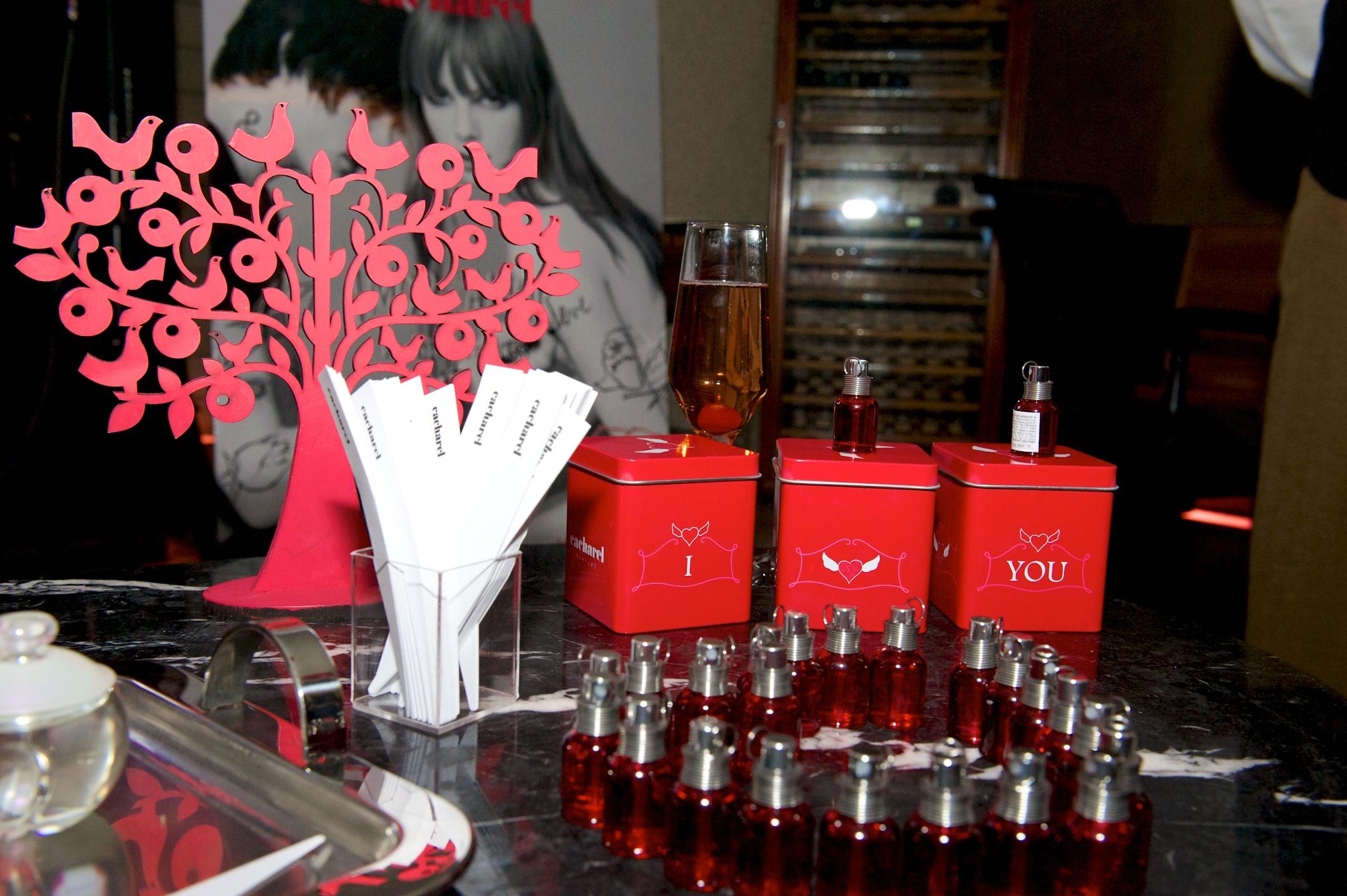 look-lookdodia-cacharel-perfum-perfume-amor-amor-amor-amor-forbidden-forbiddenkiss-boox