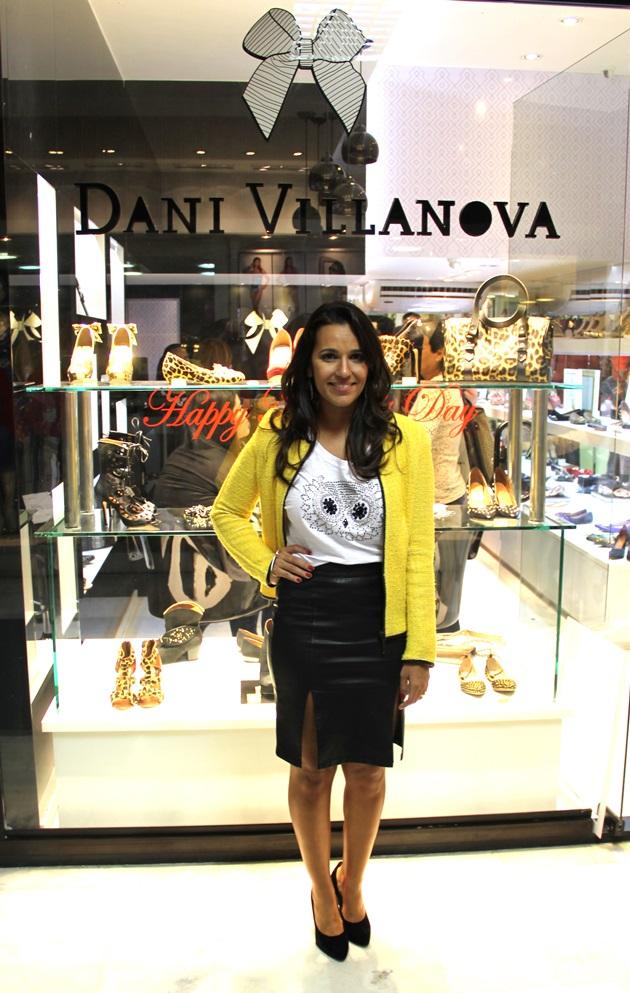 A top designer Dani Villanova em frente a sua nova loja. Sucesso!