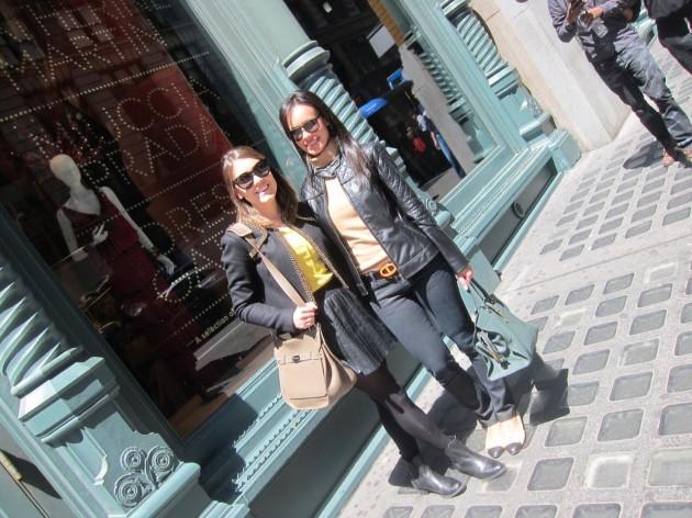 Eu e minha cunhada Ana Carolina na entrada da flagship da Prada após conferir a mostra