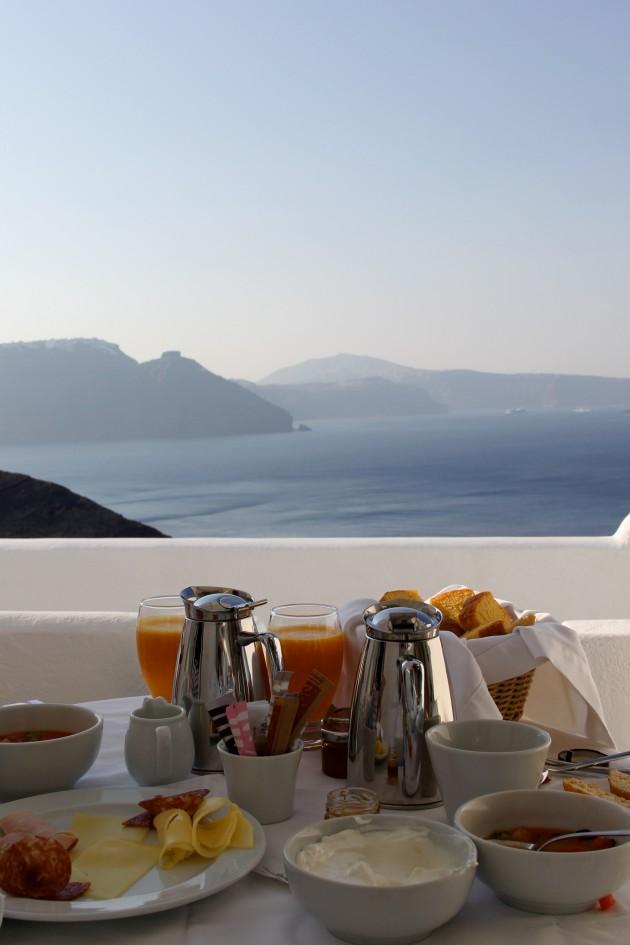 Café da manhã delicioso na varanda do quarto