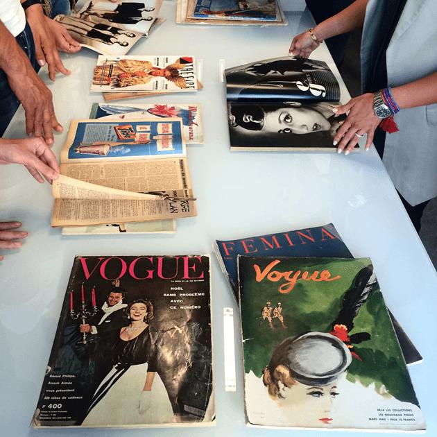 Revistas antigas na aula de história da moda