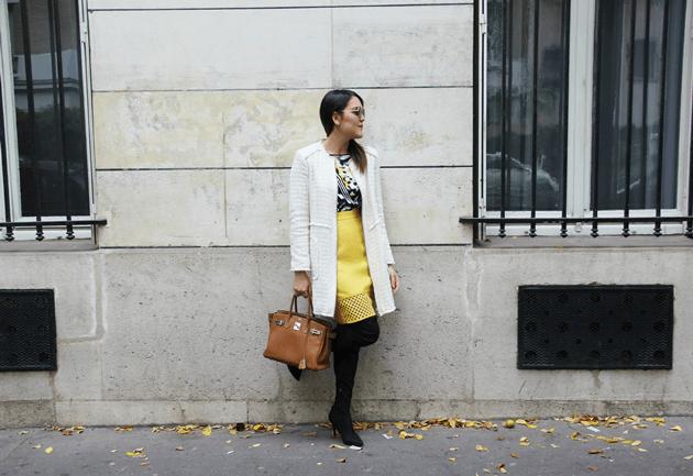 Look-do-dia-street-style-Paris-blogger-inspiration-parisien-saia-lápis-amarela-body-como-usar-Lari-Duarte-ruas-12