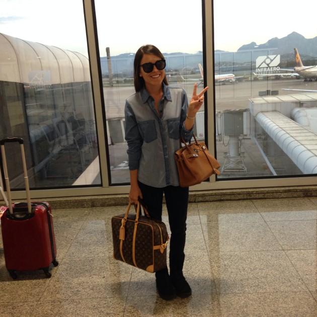 Camisa Mixed, jeans Seven, óculos Céline, bolsa Hermés, mala de mão Louis Vuitton