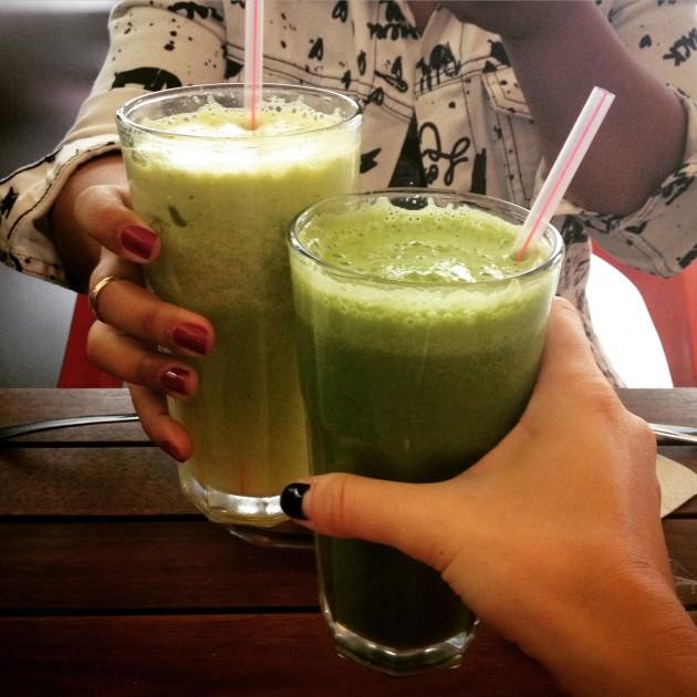 Eu brindando com suco verde