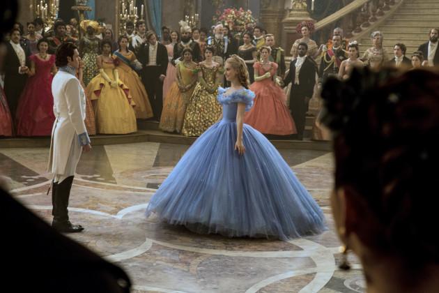 Cinderella chegando capotante de liiinda no baile