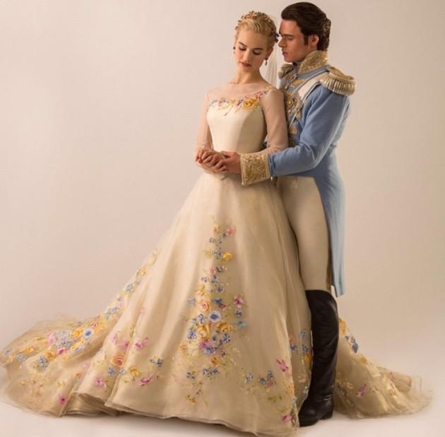 O vestido de noiva LINDO da Cinderella. Me lembrou o da Lala Rudge...