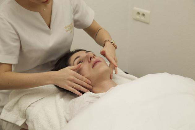 Roubei essa foto do blog Paris Me Chama para vocês verem como é feita a massagem