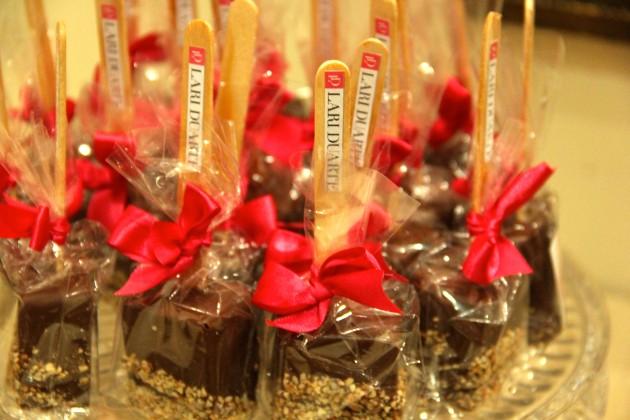 brownie-de-palito-festa-Bolo-de-aniversário-Comfeito-inspiração-kitkat-com-brigadeiro-festa-dicas-decoração-Lari-Duarte-blog-tudo-sobre-