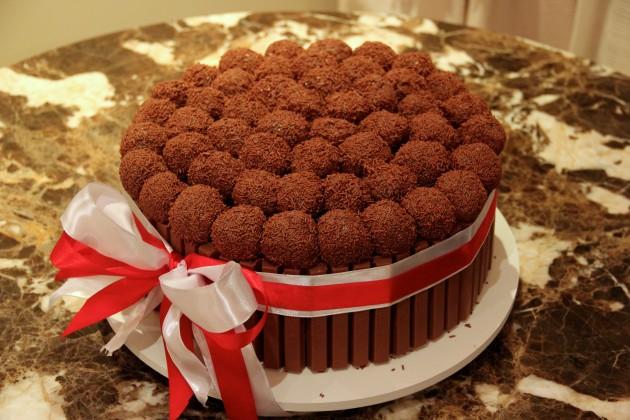 Bolo-de-aniversário-Comfeito-inspiração-kitkat-com-brigadeiro-festa-dicas-decoração-Lari-Duarte-blog-tudo-sobre-