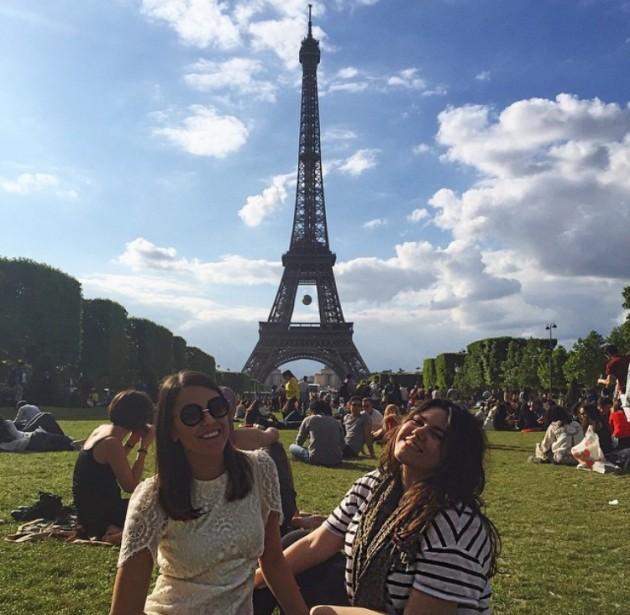 Eu em Paris com minha companheira de curso
