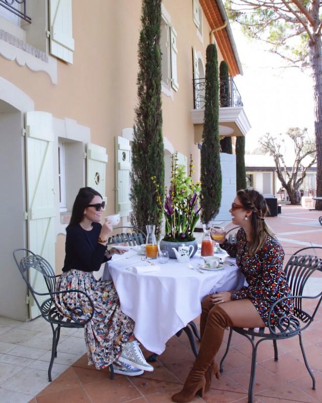 Café da manhã dos sonhos nessa varanda do hotel